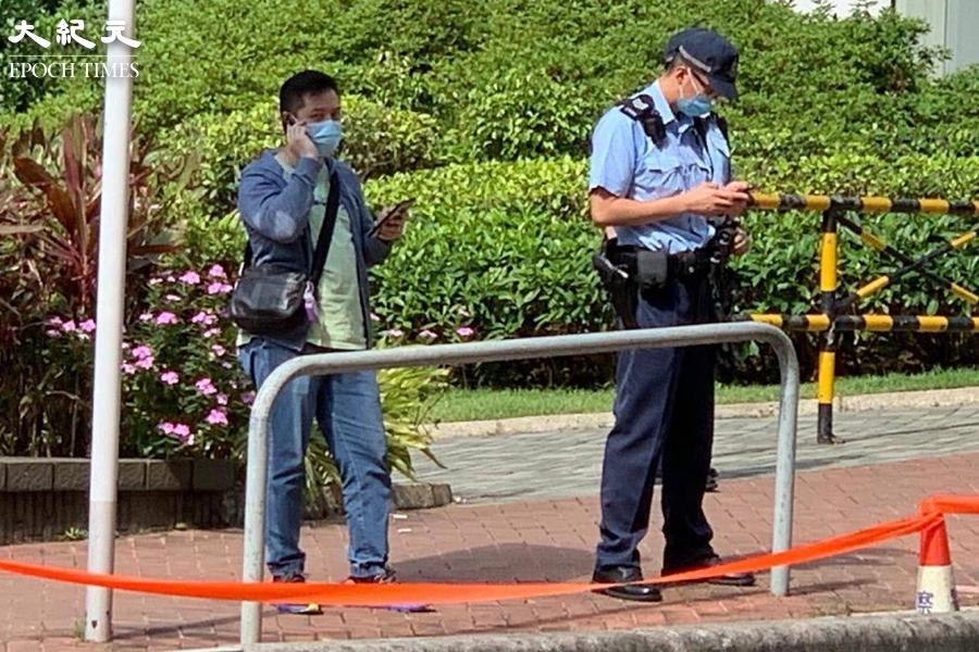 有便衣及軍裝警員在現場戒備,市民表示便衣警員曾用攝錄器材拍攝在場的王婆婆。(自由人快訊提供)