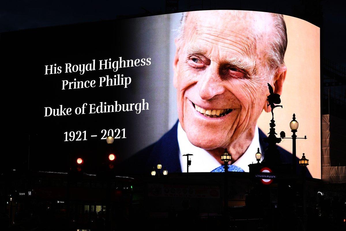 2021年4月9日,英國倫敦的皮卡迪利廣場(Piccadilly Circus)的大屏幕上顯示,愛丁堡公爵(Duke of Edinburgh)菲臘親王去世。(Jeff Spicer/Getty Images)