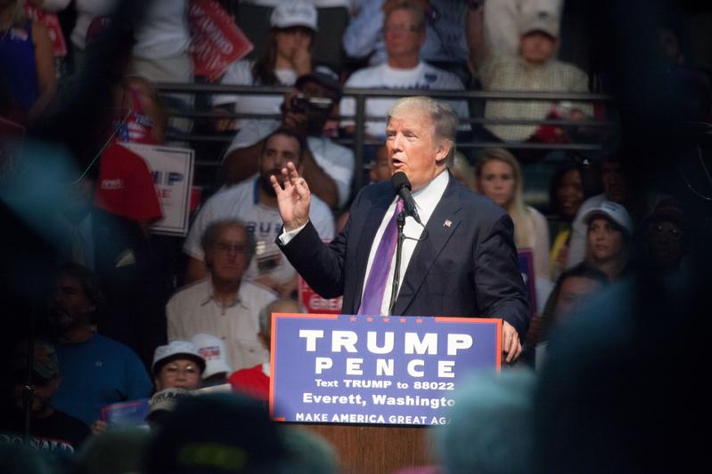 《洛杉磯時報》發佈的每日追縱民調顯示,特朗普的支持度又超越對手希拉莉。圖為8月30日,川普在華盛頓的一個競選集會上演說。(Matt Mills McKnight/Getty Images)