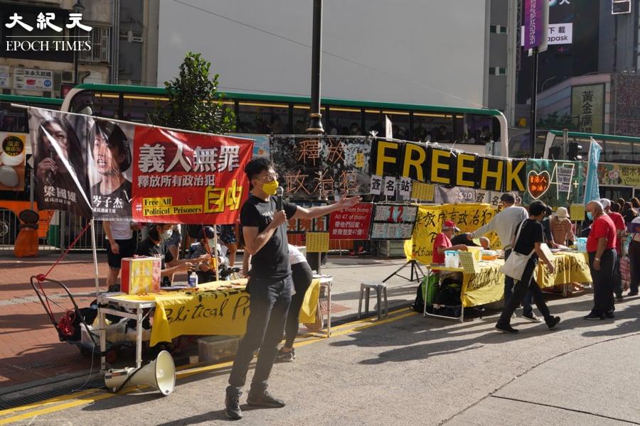 不少市民前往街站攤位簽名、填寫心意卡或捐款,聲援被關押的政治犯。(余鋼/大紀元)