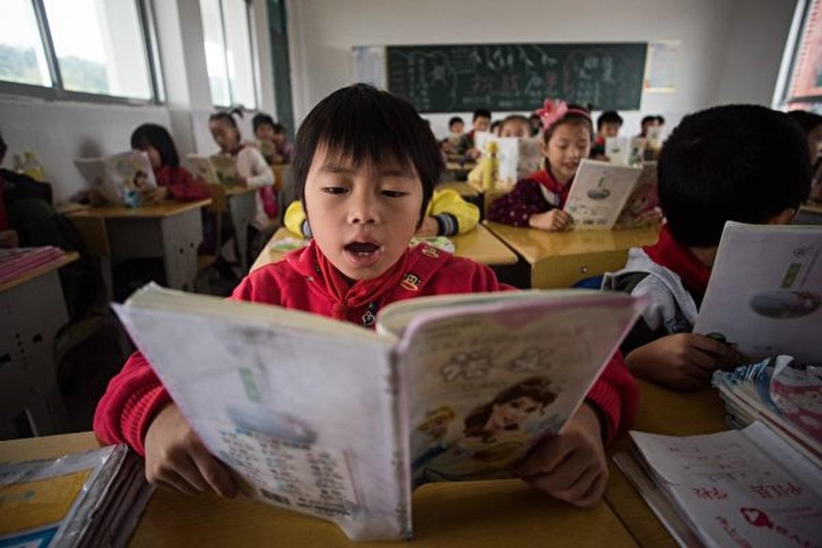 有家長表示,中國的孩子太累,從幼兒園就開始識字,學英語,學舞蹈,上補習班。圖為大陸一小學内的課堂。(JOHANNES EISELE/AFP/Getty Images)