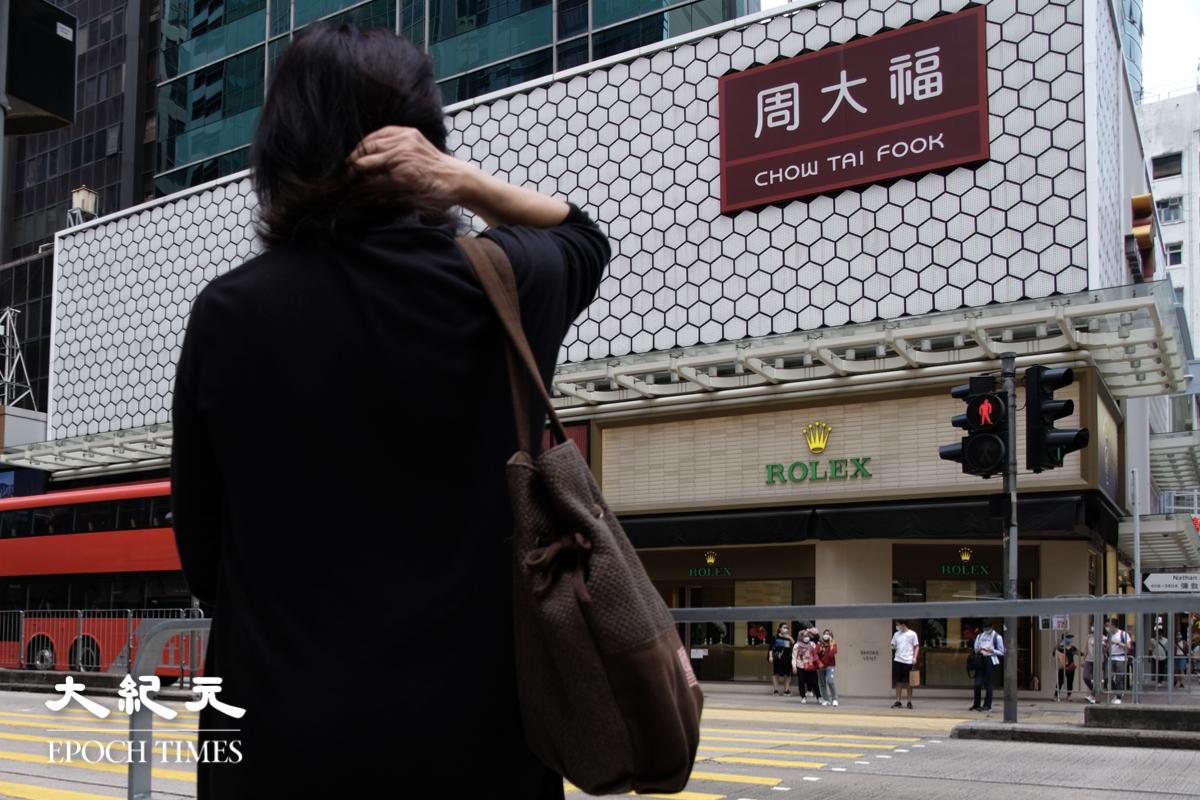 Nicole一口流利的廣東話,帶有濃濃的京片子腔調。80年代後期為自由從北京投奔香港,在香港安居樂業三十多年。想不到一場反送中運動後,《國安法》帶來了香港寒冬,因此她決定和兒子為自由再逃亡他方。她的人生,她的故事,是無數香港人的縮影。(李遨/大紀元)