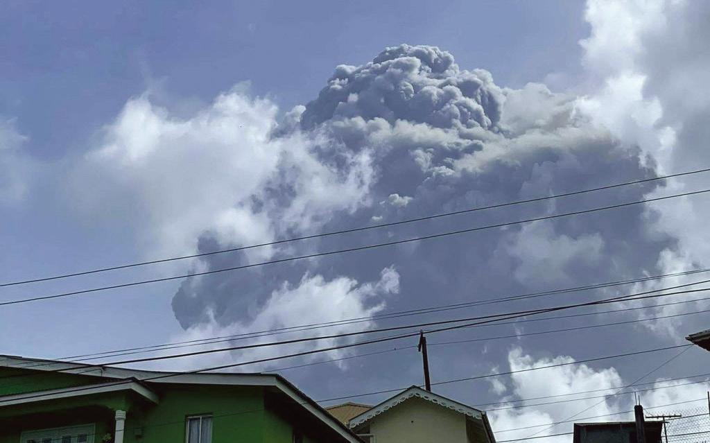 索夫瑞火山9日開始強力噴發,持續至入夜,隨後灰白的火山灰覆蓋聖文森街道、住家和建築物。(Getty Images)