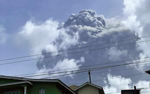 聖文森火山爆發成灰白世界 日本南方近海發生141次地震