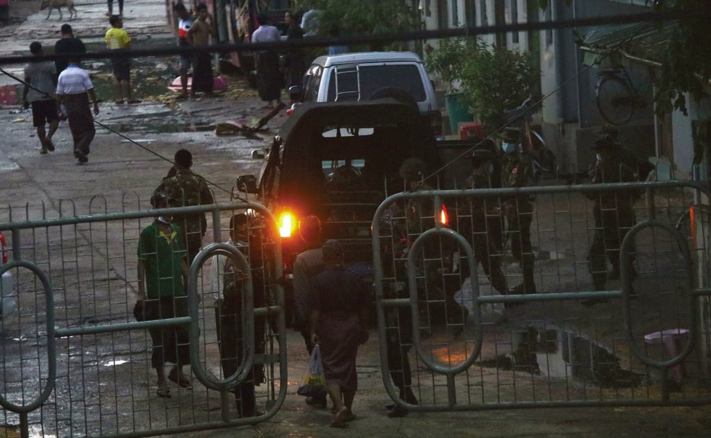 4月6日,仰光南奧卡拉帕鎮的一個汽車站發生爆炸後,在鎮壓反對軍事政變的抗議活動中,安全部隊在入口大門旁站崗。(Getty Images)