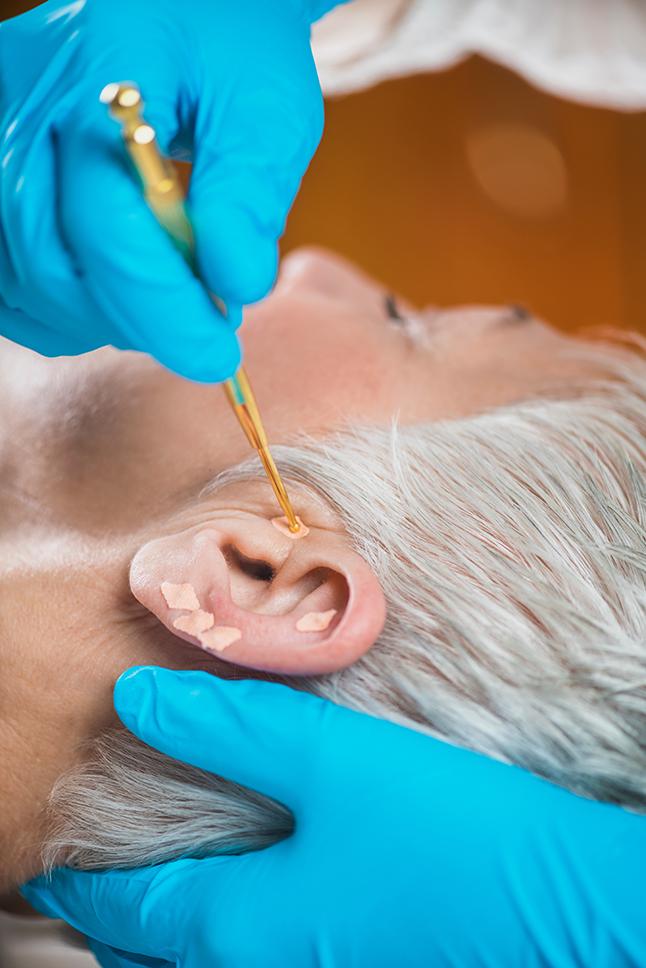 將耳穴貼壓膠布貼在特定的耳穴上,經過適當的耳穴按摩即可發揮助眠、降壓效用。