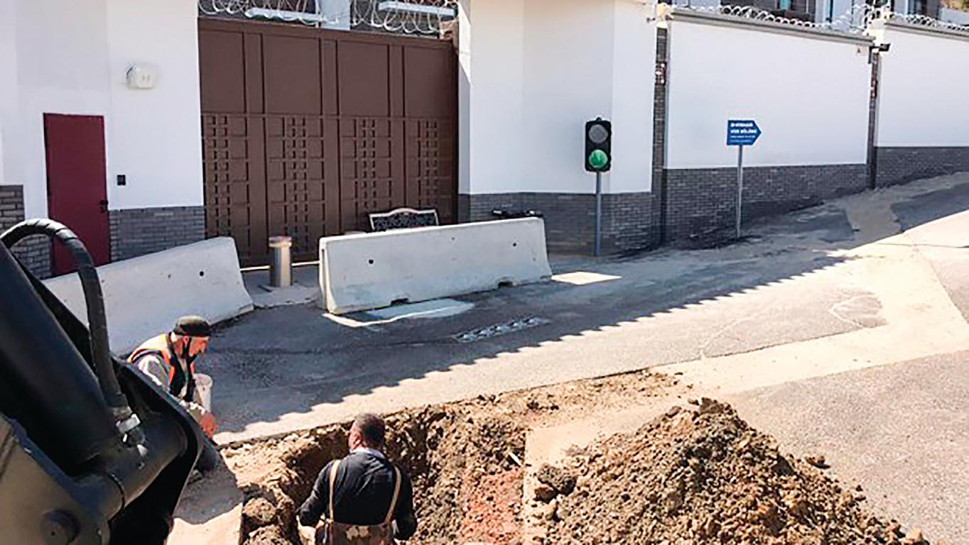 4月7日,安卡拉市政在中共駐土耳其大使館前以「檢查附近居民盜用自來水資源」為名挖洞,被認為是土國的另類反擊。(安卡拉市政管理者厄茲托克推特)