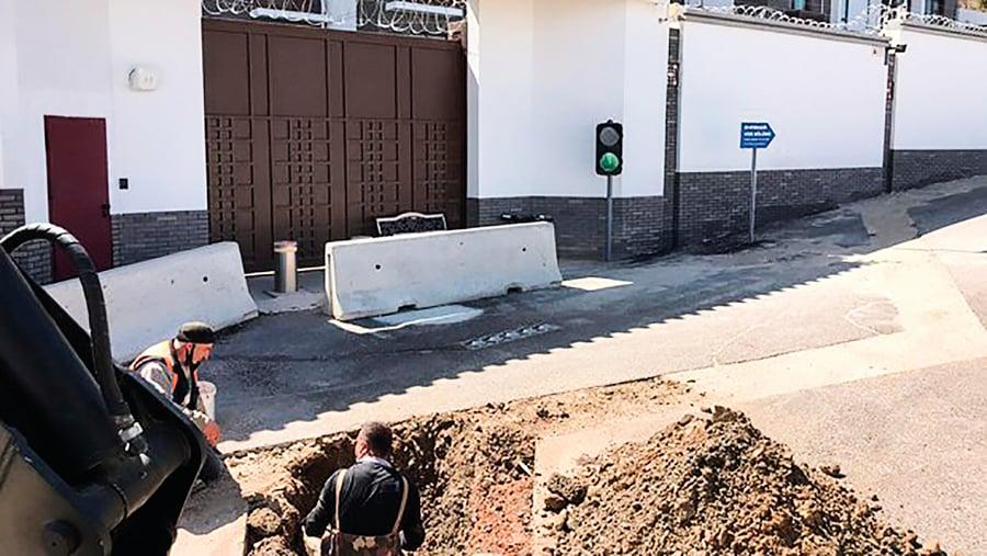 土耳其中領館門前被挖大坑