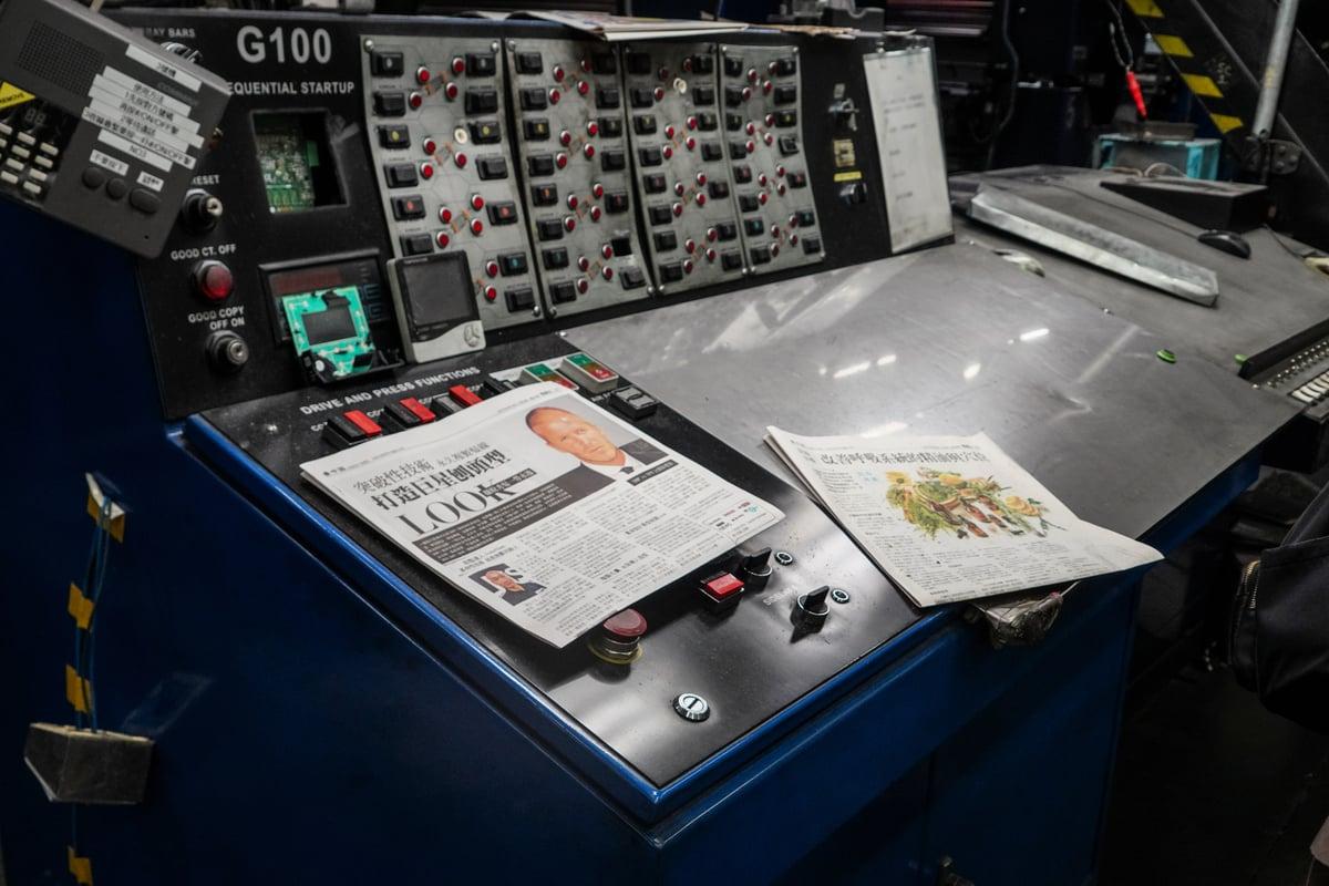 印刷機的控制台損毀嚴重。(余鋼 / 大紀元)