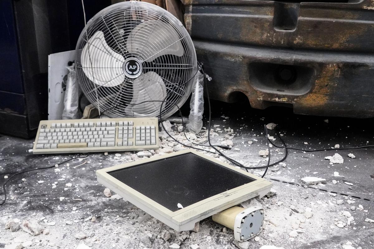 印刷廠內幾部電腦被損毀。(余鋼 / 大紀元)