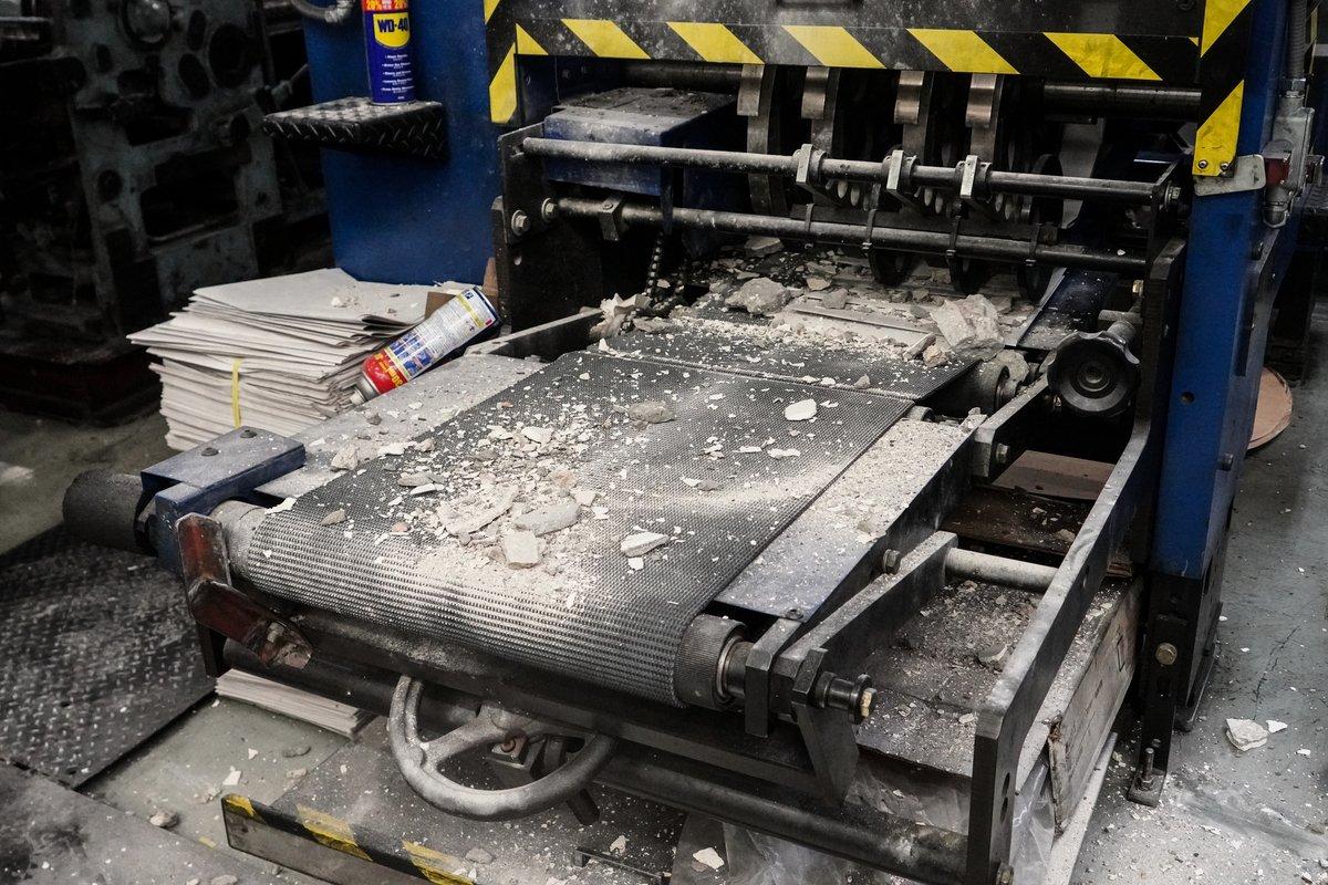 承印香港大紀元報紙的大紀元新時代印刷廠今天(4月12日)清晨遭刑毀。暴徒除了敲打機器外,還將混凝土碎撒在機器上。(余鋼 / 大紀元)