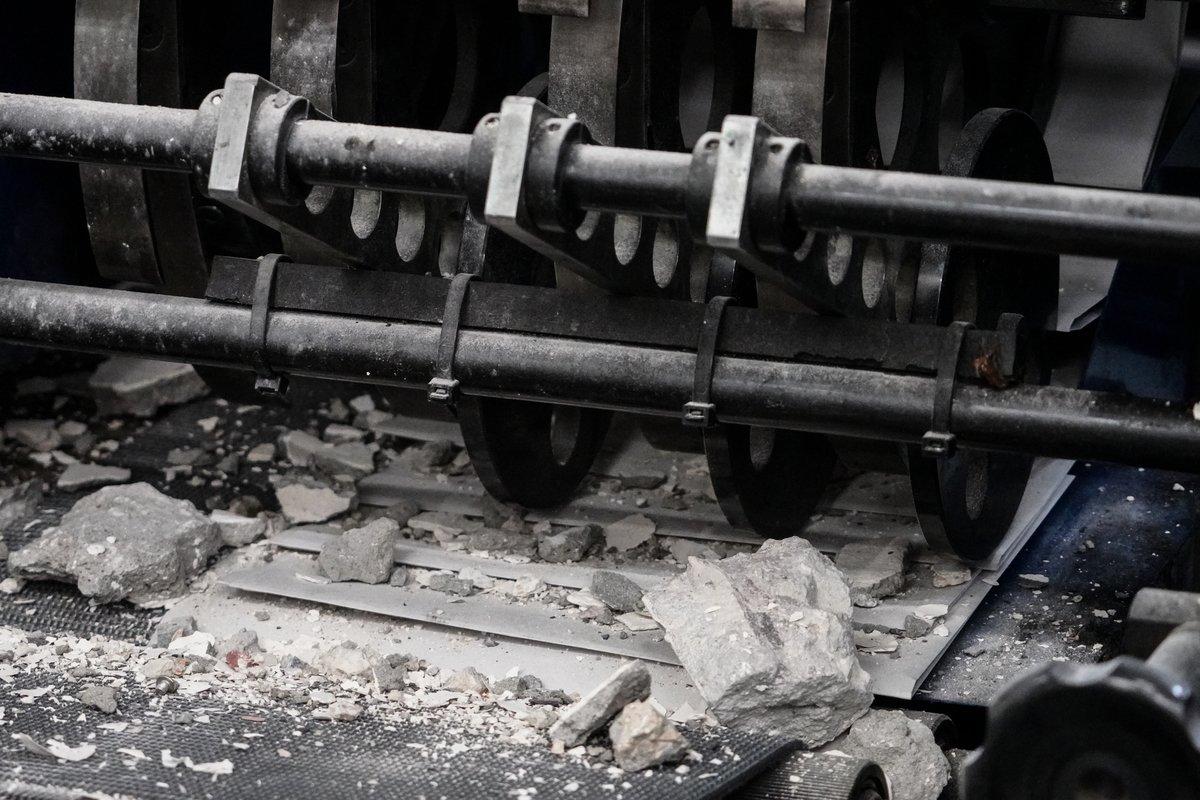 混凝土碎阻礙機器運作需時清理。(余鋼 / 大紀元)