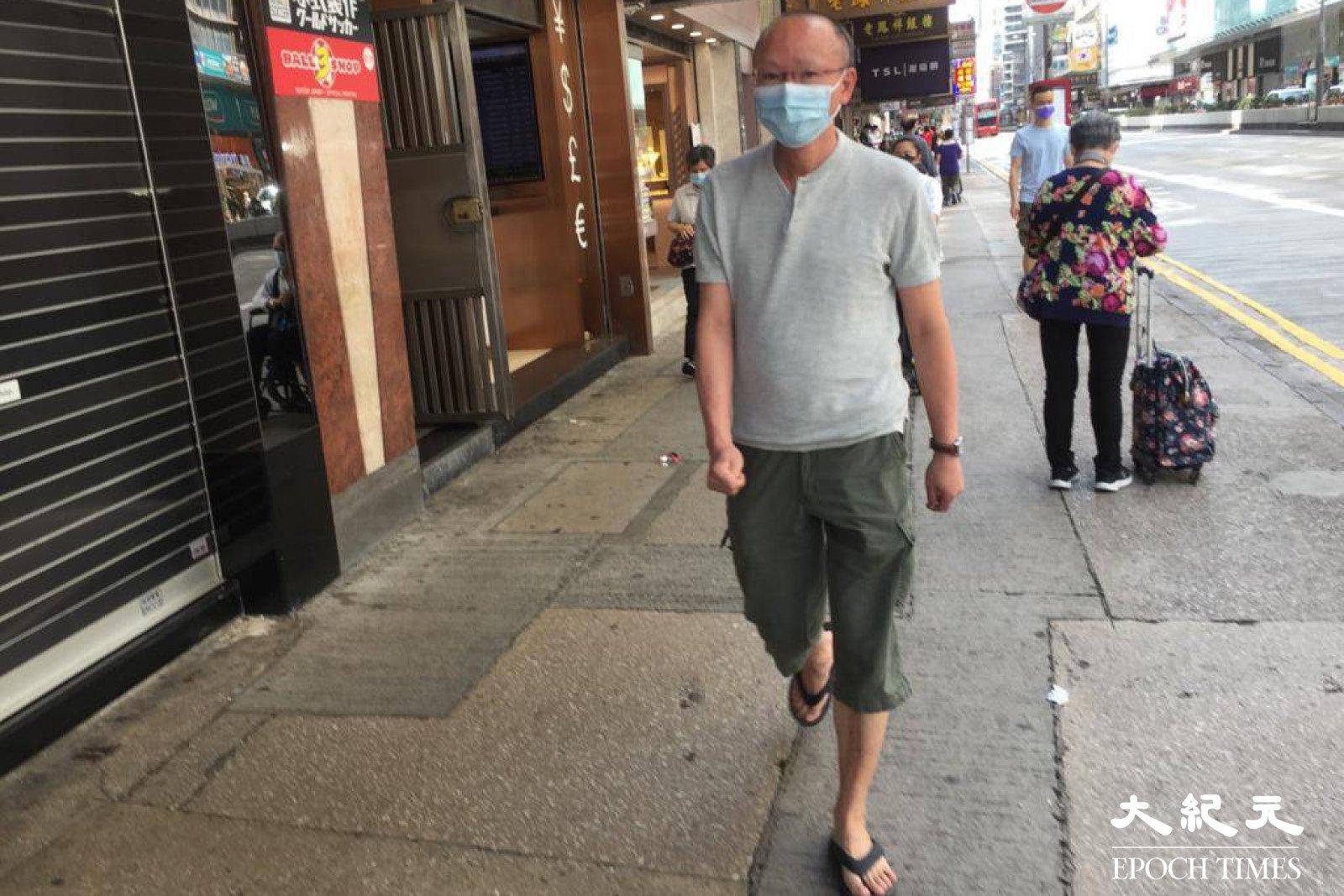 今日(12日)上午10時左右,圖中男子在香港亞皆老街法輪功真相點用硬幣掟一名法輪功學員,襲擊該學員,又試圖搶其手機。(大紀元)