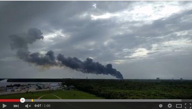 周四早上,美國佛羅里達甘迺迪發射中心發射台發生爆炸,該發射台是航空公司SpaceX準備火箭發射的平台。(視像擷圖)