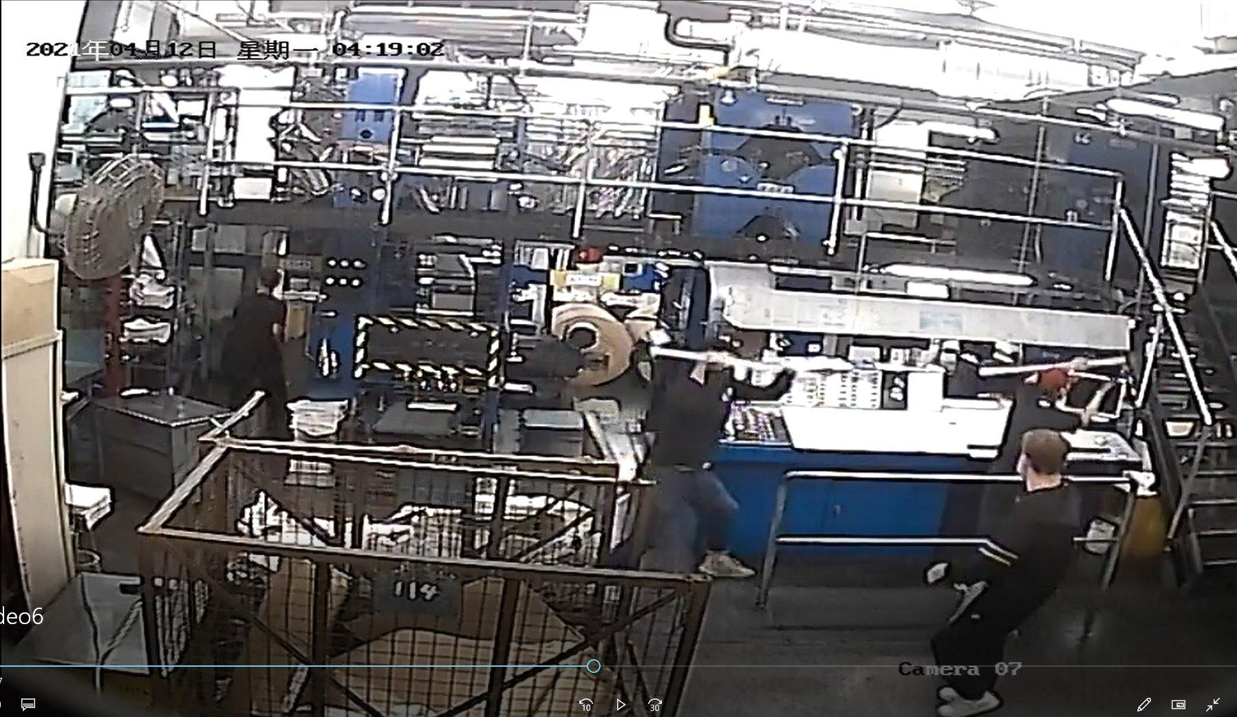 暴徒進入印刷廠之後,以鎚子打爛印刷機器。(新時代印刷廠閉路電視截圖)