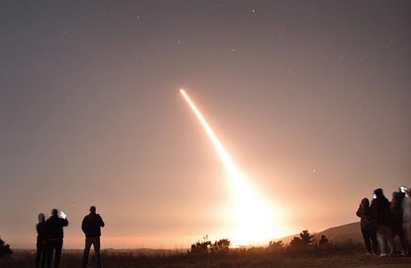 2020年10月29日,一枚義勇兵(Minuteman III)三型洲際彈道導彈在加利福尼亞范登堡空軍基地發射升空。(美國空軍)
