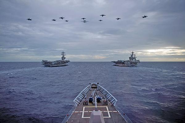 2021年2月9日,美軍雙航母尼米茲號(CVN68)和羅斯福號(CVN71)在南海共同演練。(美國海軍)