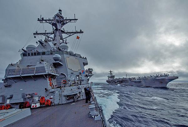 2021年1月12日,美軍驅逐艦約翰芬恩號(DDG 113,左)與羅斯福號航母(CVN71,右)在西太平洋游弋,2021年美中對抗態勢延續。(美國海軍)