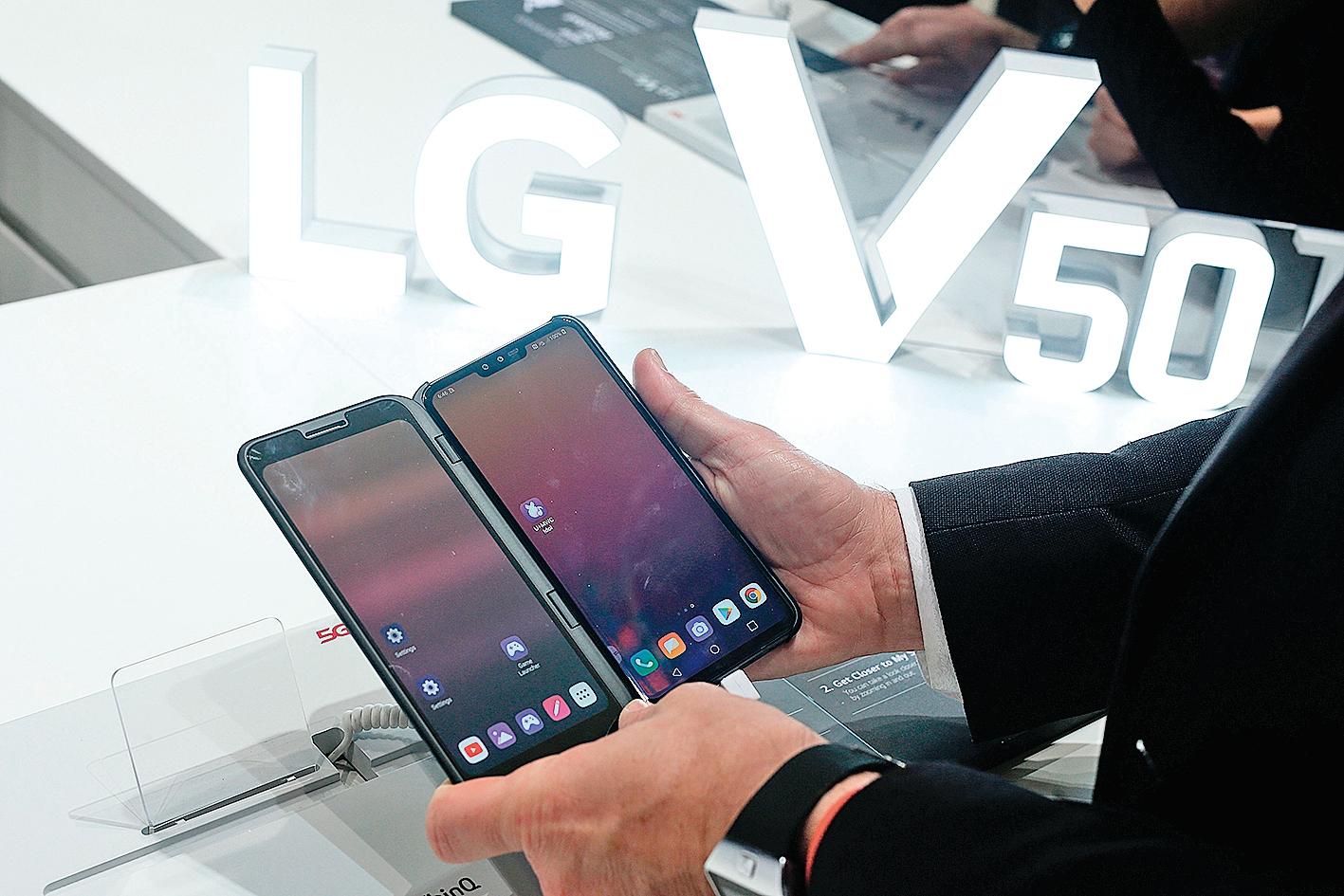 2019年發表的LG V50 ThinQ 5G雙屏智能手機。(AFP via Getty Images)