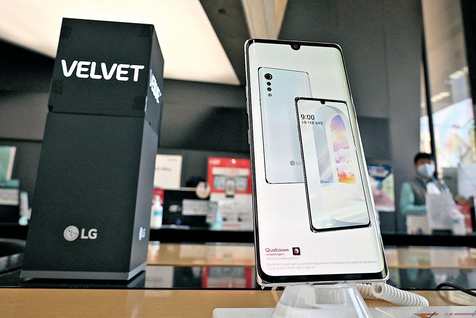 最新的LG Velvet智能手機。(AFP via Getty Images)