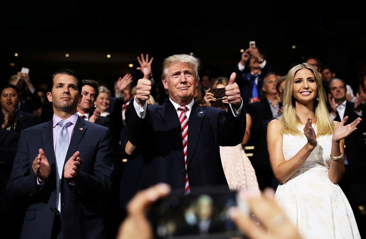 圖為2016年7月20日,前總統特朗普(也譯為川普,Donald Trump)與女兒伊萬卡(右)、兒子小唐納德特朗普(左)參加共和黨全國代表大會。(Joe Raedle/Getty Images)