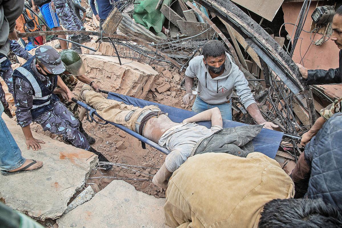 專家認為地球本應會發生更多地震。圖為去年尼泊爾發生7.9級地震後的情況。(Getty Images)