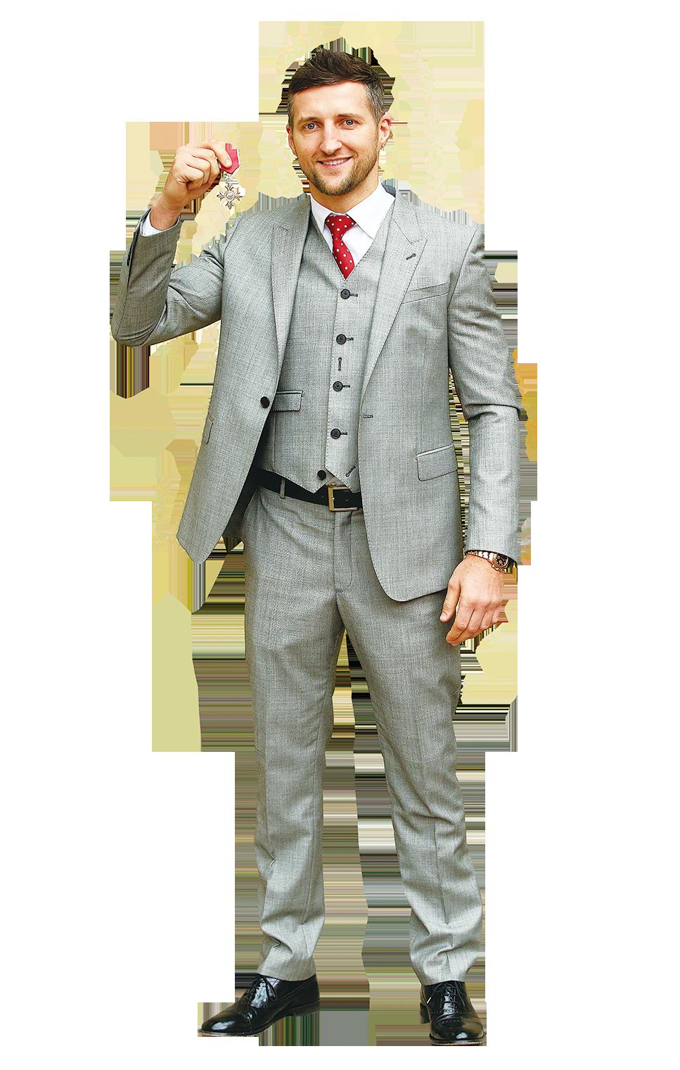 灰色西裝搭配黑色皮鞋最保險。圖為英國拳擊手Carl Froch於2015年11月17日在白金漢宮被授與劍橋公爵。(Jonathan Brady /Getty Images)