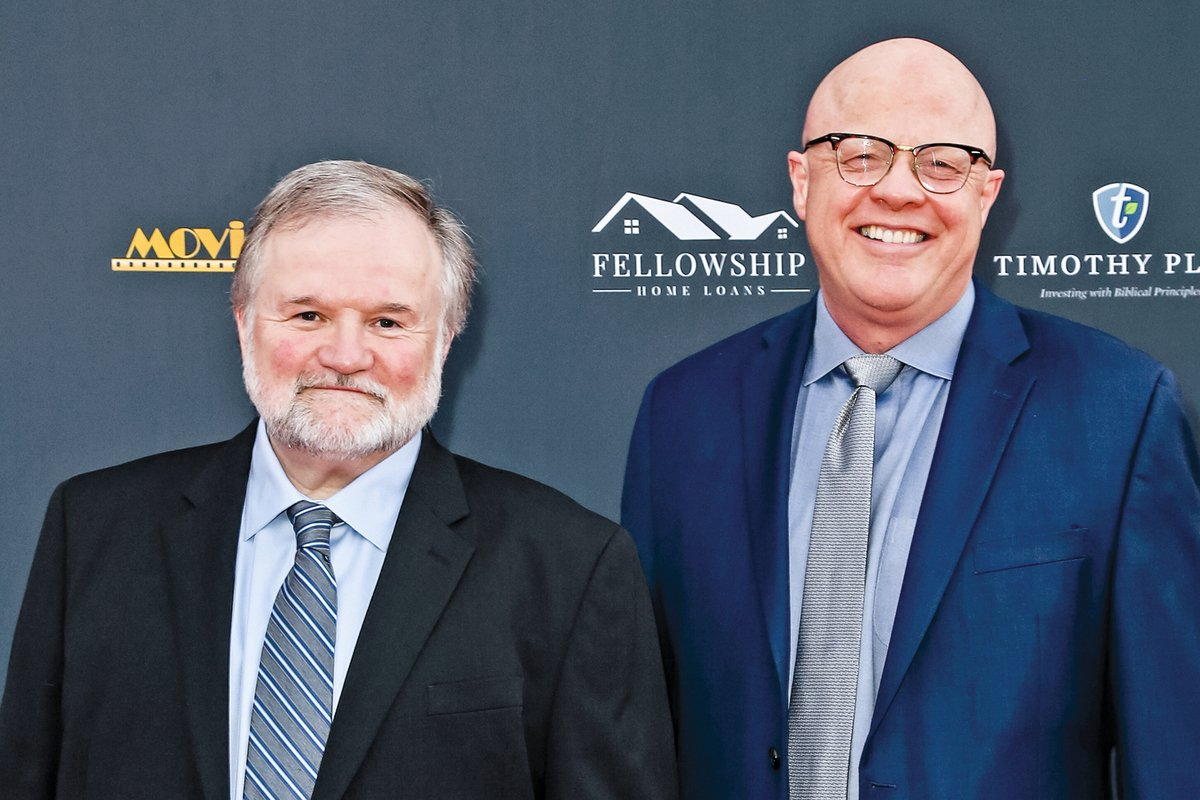 2020年1月24日,卡里‧所羅門(Cary Solomon,左)和查克‧康澤爾曼(Chuck Konzelman,右)出席在加州洛杉磯阿瓦隆劇院(Avalon Theater)舉行的第28屆年度電影指南頒獎晚會(Annual Movieguide Awards)。(Getty Images)