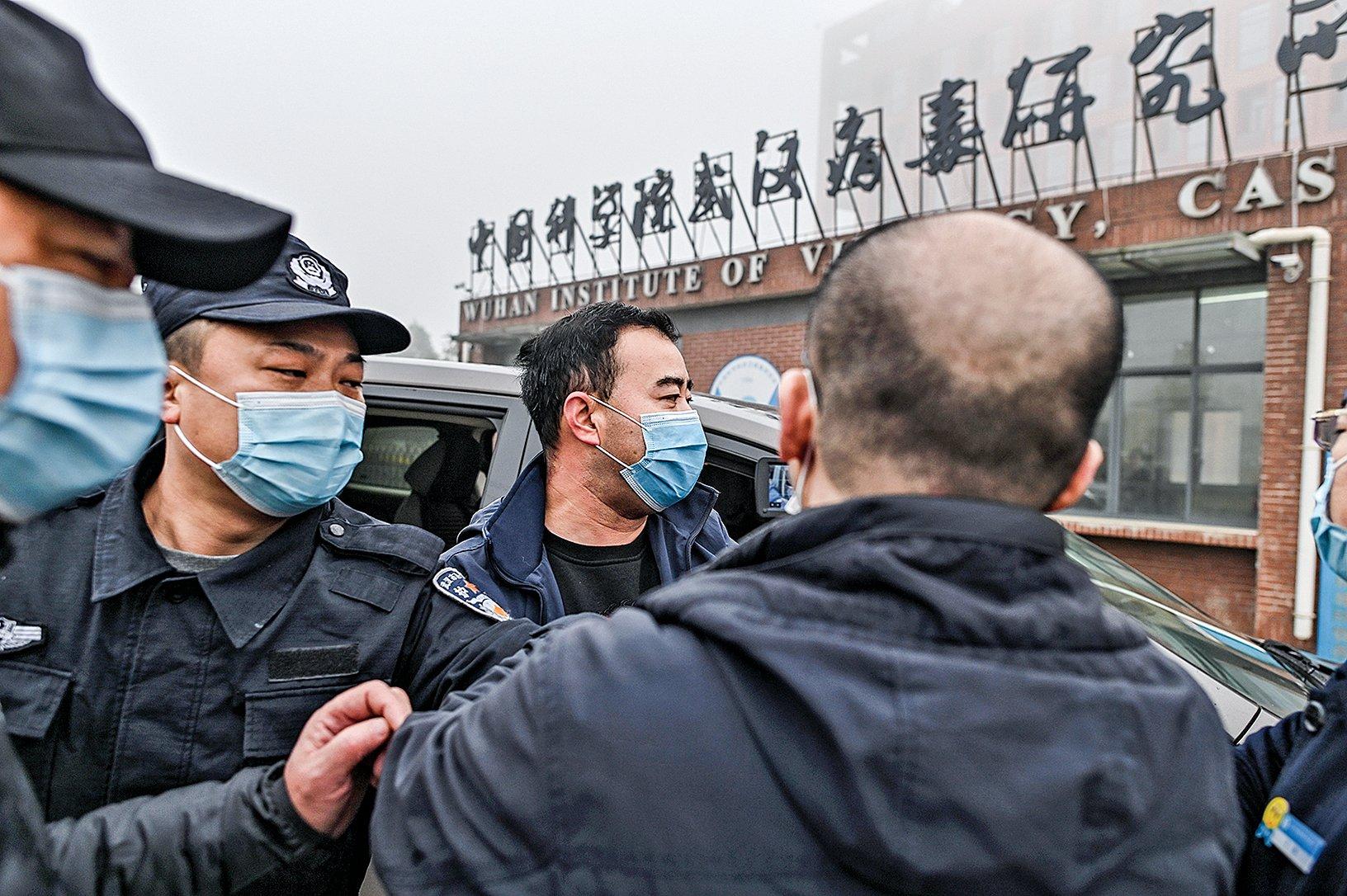 2021 年2 月3 日,世衛專家小組到達武漢病毒研究所,大門前部署了嚴密的警力把守。(Hector Retamal/AFP via Getty Images)