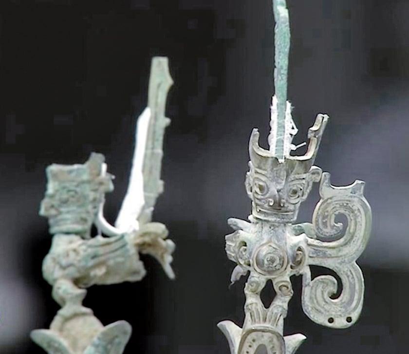 樹頂上,站立著三座人首鳥身的神像,尾部舒展、尾翎高翹。(影片截圖)