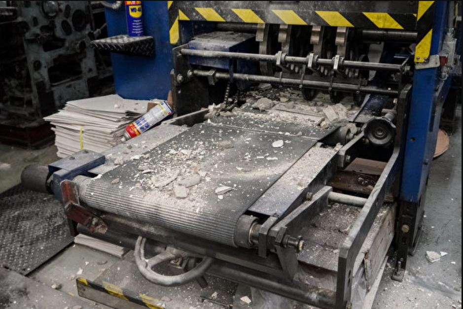 承印香港大紀元報紙的新時代印刷廠4月12日清晨遭刑毀。暴徒除了用長柄重型鐵鎚猛擊印刷機器外,還將混擬土塊傾倒在機器上。(余鋼/大紀元)