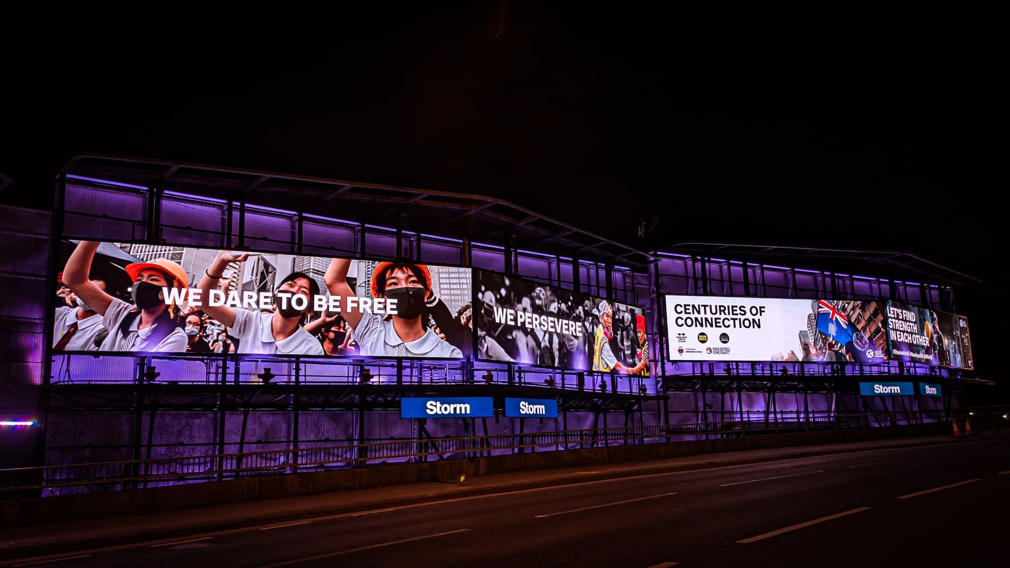 在英港人組織重光團隊SWHK由4月12日起在英國街頭推出大型廣告,為期1星期,宣揚港人身分和文化。(重光團隊SWHK Facebook圖片)