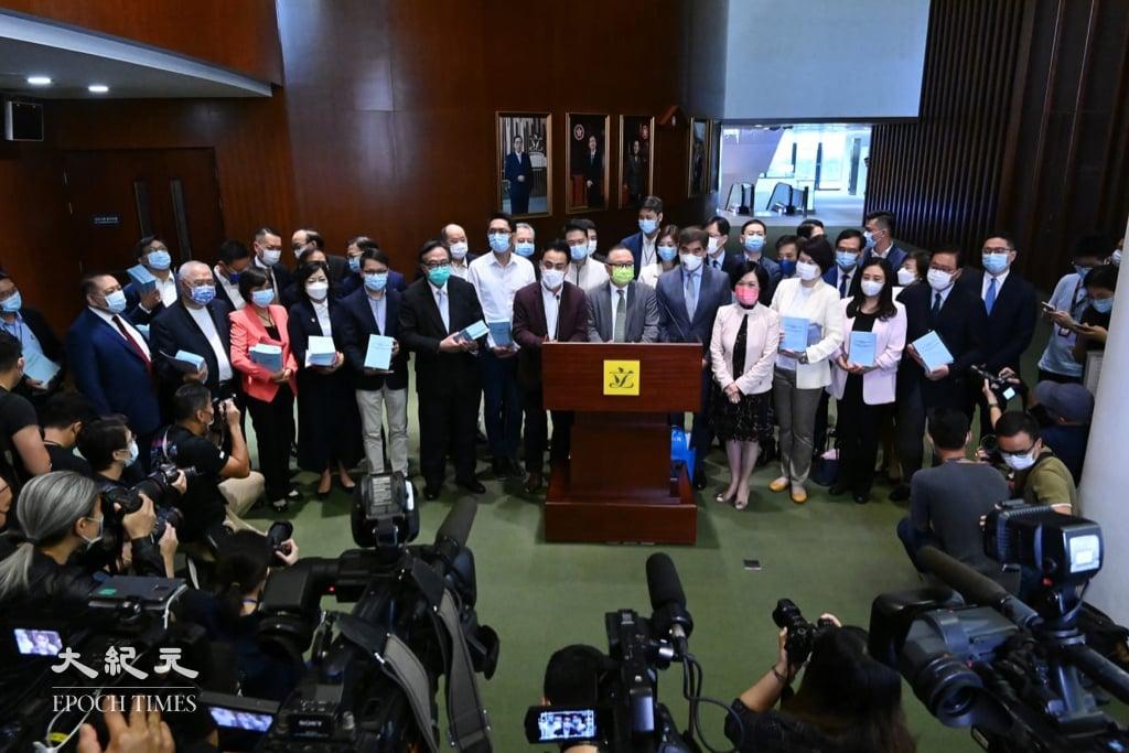 立法會建制派議員會後回應記者,表示將每日開會審議草案。(宋碧龍/大紀元)
