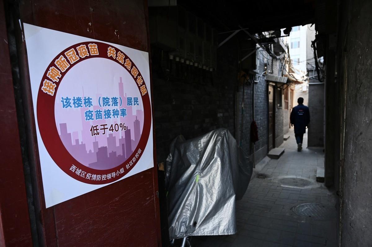 資料顯示大陸民眾及官員對國產疫苗信心不足。圖為4月7日北京一居民區被標示接種疫苗率低於40%。 (Photo by LEO RAMIREZ/AFP via Getty Images)