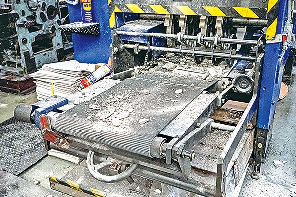 大紀元新時代印刷廠4月12日清晨遭刑毀。暴徒除了用長柄重型鐵鎚猛擊印刷機器外,還將混凝土塊傾倒在機器上。(余鋼/大紀元)