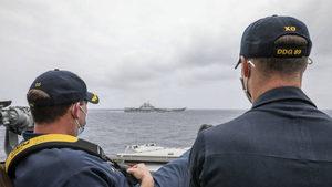 美中南海交鋒 美艦長翹腳監視中共航母照引熱議