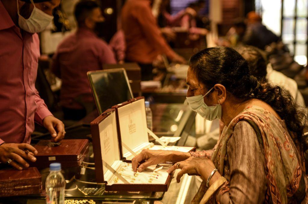 印度今(4月15日),公佈3月商品出口按年上升60.3%至344.5億美元,貿易逆差錄得139.3億美元。印度3月進口黃金價值高達84.9億美元,而黃金可視作投資資產。(NARINDER NANU/AFP via Getty Images)