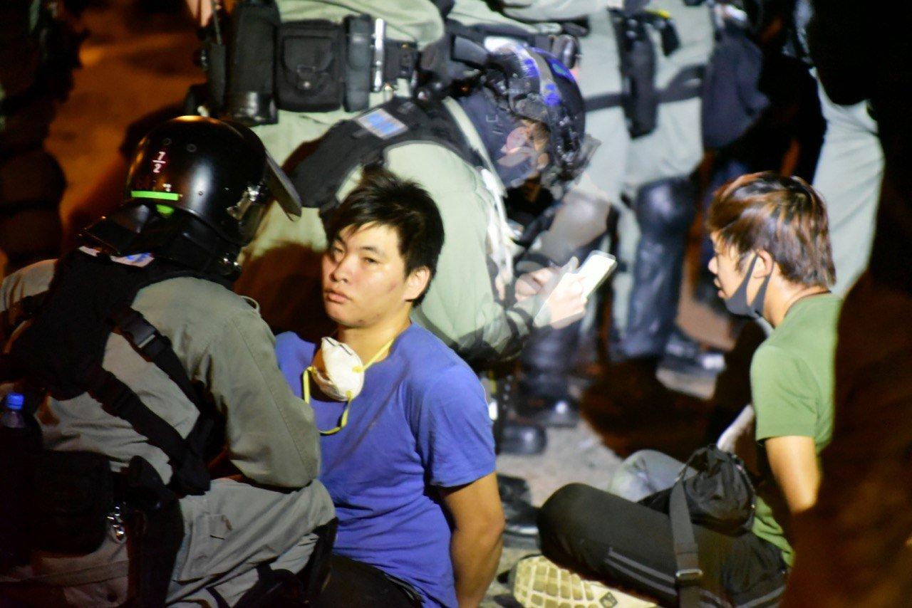 2019年11月19日,警察拘捕想離開理工大學的人,當時被捕人數眾多。(余天佑/大紀元)