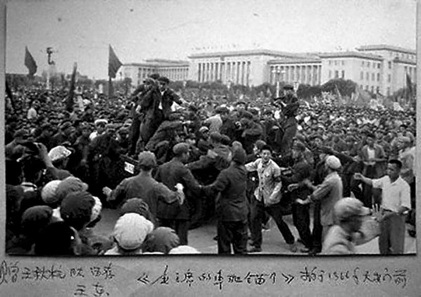 毛澤東的車拋錨後,紅衛兵們蜂擁而上圍住了車。(網絡圖片)