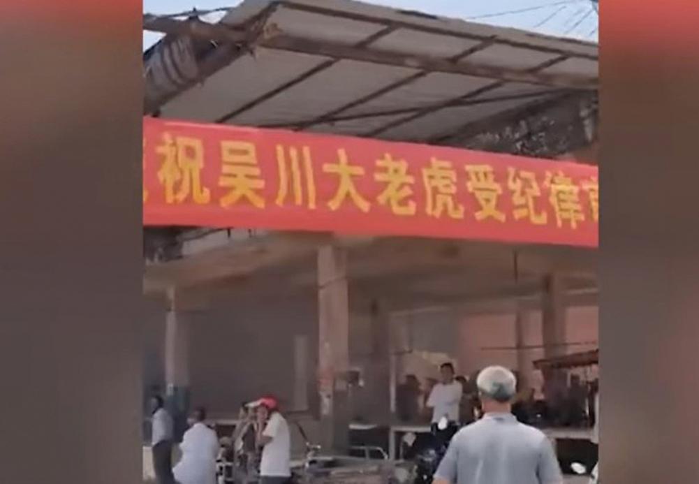 4月12日,廣東吳川市委書記全可文落馬,民眾滿街放鞭炮慶祝。4月12日,廣東吳川市委書記全可文被查後,當地民眾燃放鞭炮慶祝。(影片截圖)