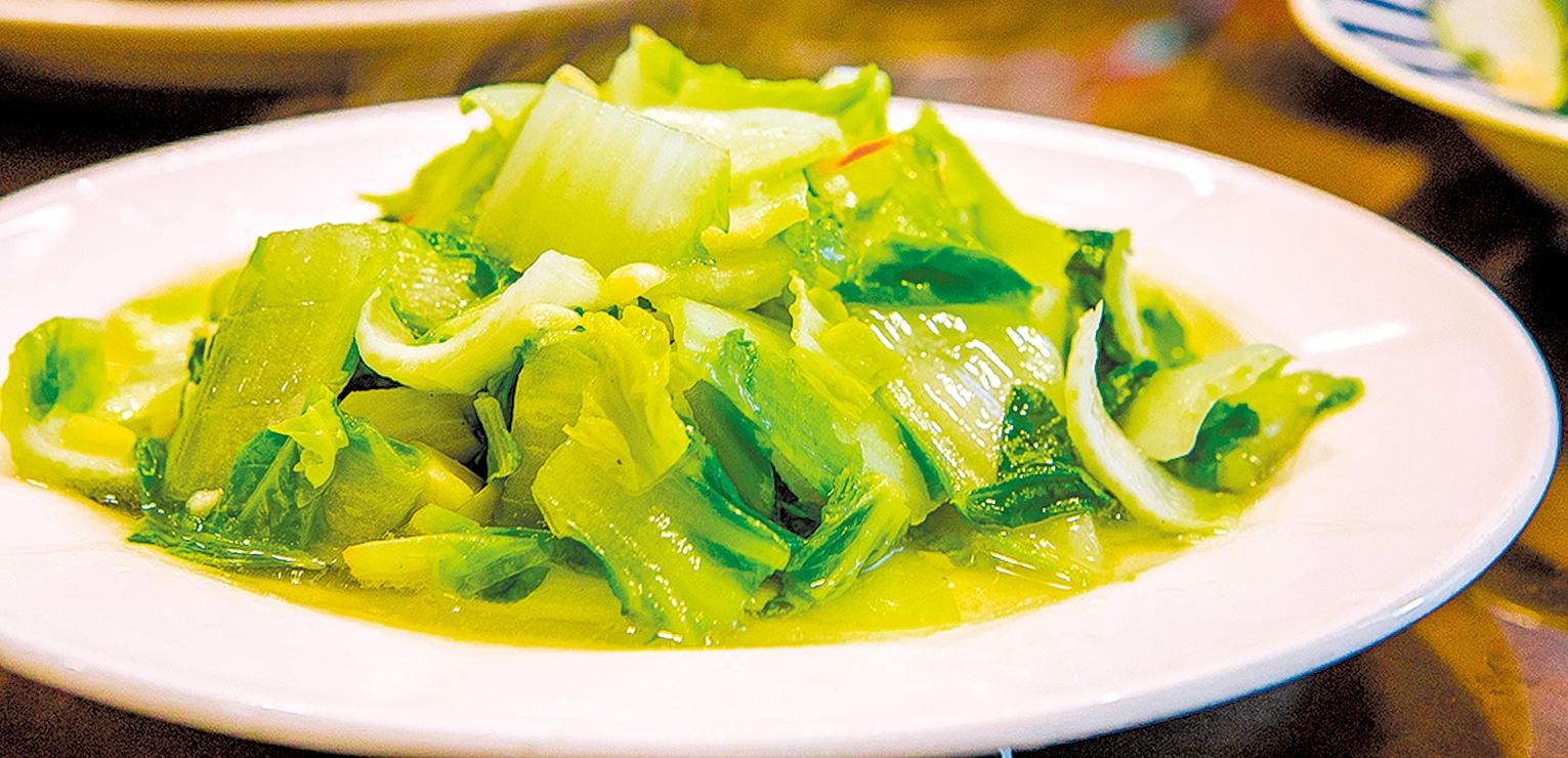 有著翠綠葉子、鮮白莖肉的小白菜,雖然多作為湯麵的配菜,卻富含鈣質及能幫助人體解毒的營養素。小白菜從挑選、清洗到烹煮,都有訣竅能讓人吃得更健康。