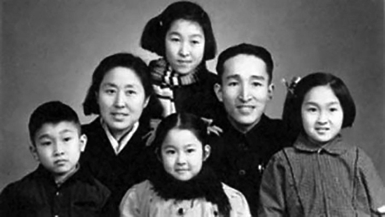 1966年8月5日,四個孩子的母親、北師大女附中50歲女校長卞仲耘老師被該校學生活活打死。圖為卞仲耘生前和家人的合影。(網絡圖片)