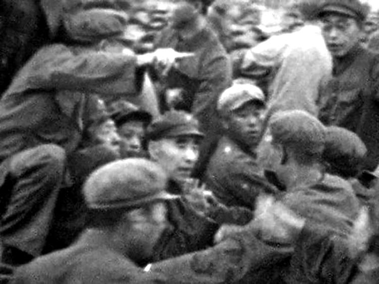 毛澤東的專車在天安門廣場檢閱紅衛兵時突然拋錨,圖為車後座上的林彪和毛澤東的半張臉。(網絡圖片)