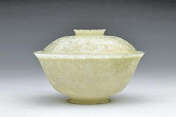 蓋碗適合撮泡茶。圖為清朝青玉雕花蓋碗。(故宮博物院提供)
