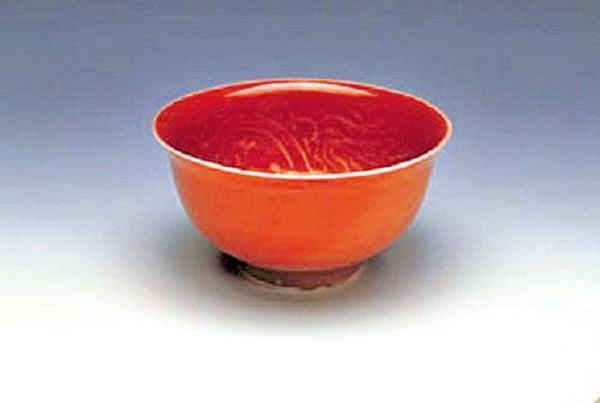 明朝洪武時期「紅釉暗花龍紋茶盅」,是因應飲用芽茶而出現的新式茶碗。(台北故宮博物院提供)