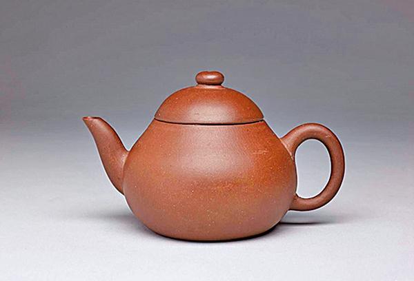 清朝道光年間花卉款梨形紫砂壺。 (台北故宮博物院提供)