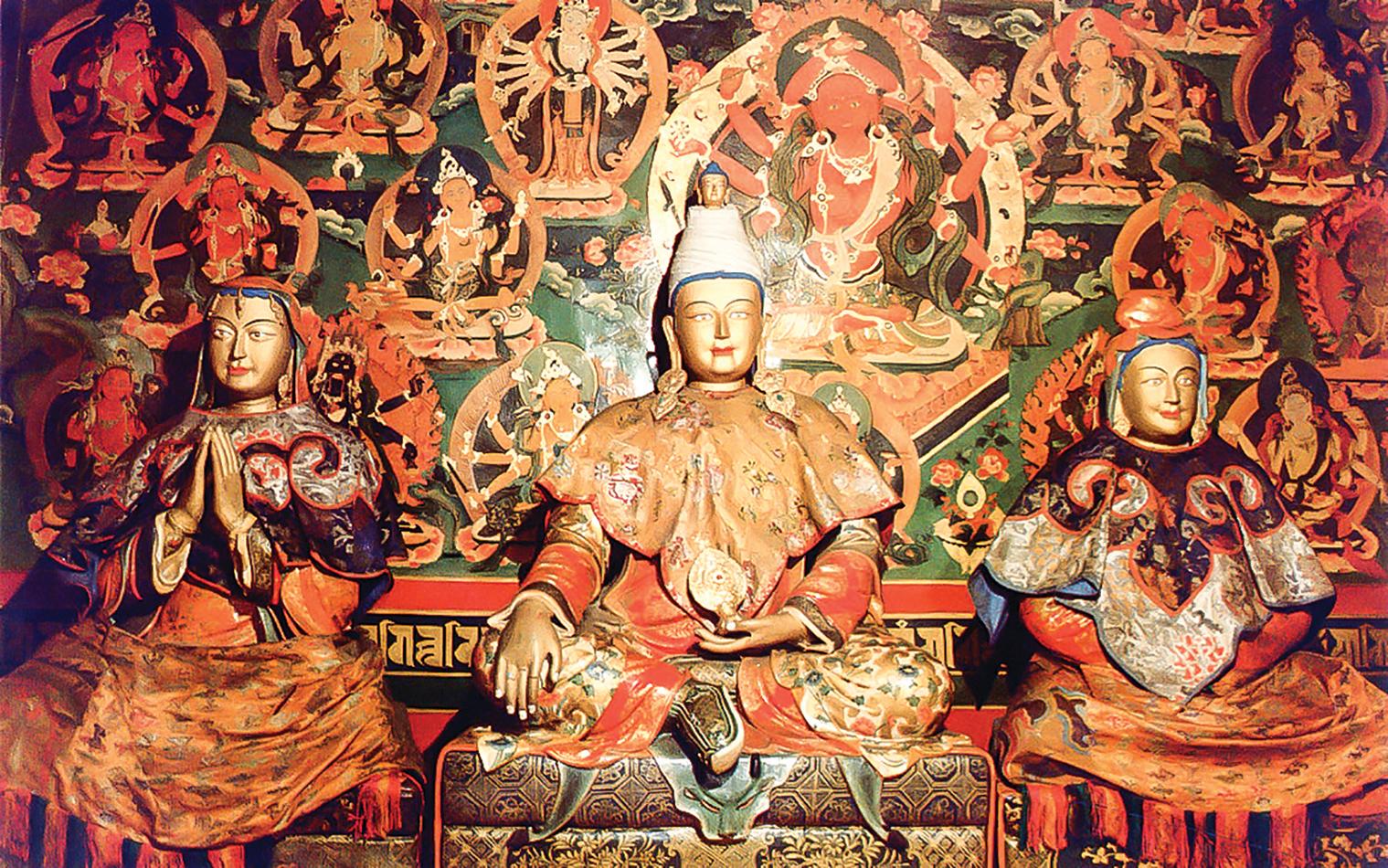 松贊干布(中)與文成公主(右)、尺尊公主(左)的塑像。(公有領域)