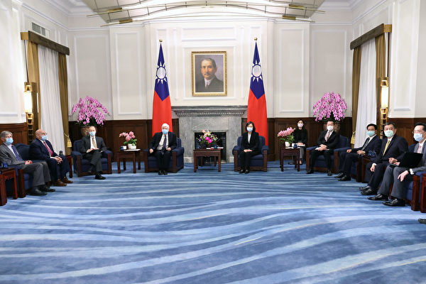 中華民國總統蔡英文(左5)4月15日在總統府接見美國總統拜登(Joe Biden)上任後第一次派遣摯友、前參議員陶德(Chris Dodd)(左4)率團訪問台灣,成員包括分別在小布希總統(George W. Bush)、歐巴馬(Barack Obama)總統任內擔任副國務卿的阿米塔吉(Richard Armitage)(左2)和史坦柏格(James Steinberg)(左1)。(中央社)