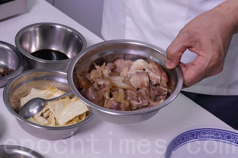 提前煮熟牛筋腩。(陳仲明/大紀元)