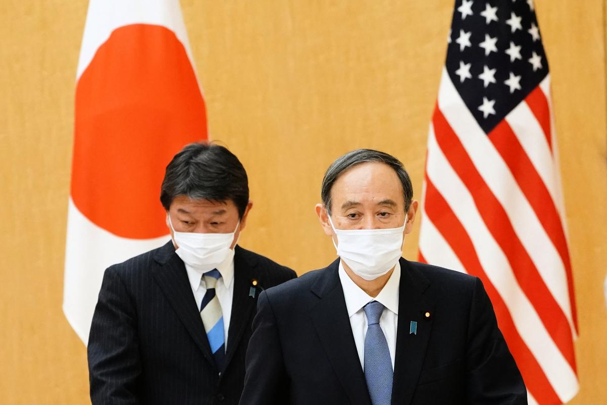 3月16日,參加日美「2+2」會談的日本首相菅義偉(前)與外務大臣茂木敏充(後)。(Eugene Hoshiko / POOL / AFP)